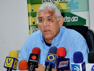 Antonio Barreto Sira, candidate of the MUD for Anzoategui. The photo comes from his press conference after surviving a helicopter crash.