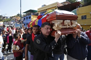"""Relatives carry the coffin of Juan """"Juancho"""" Montoya during his funeral in Caracas"""