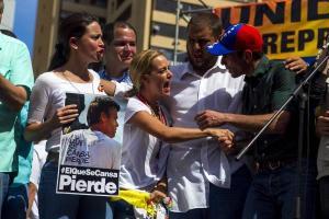 http://caracaschronicles.files.wordpress.com/2014/07/capriles_anuncio_que_se_reunira_manana_con_maduro_en_caracas.jpg?w=300&h=200