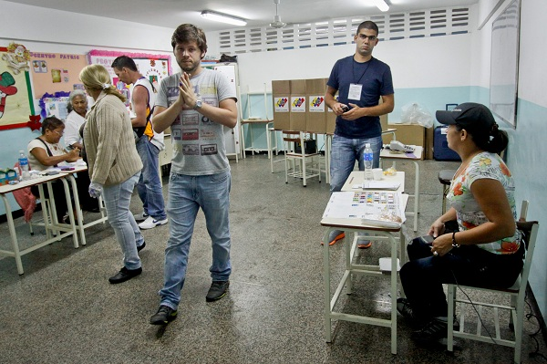 Yours truly at the voting center. Photo Courtesy of Correo del Orinoco - en serio.