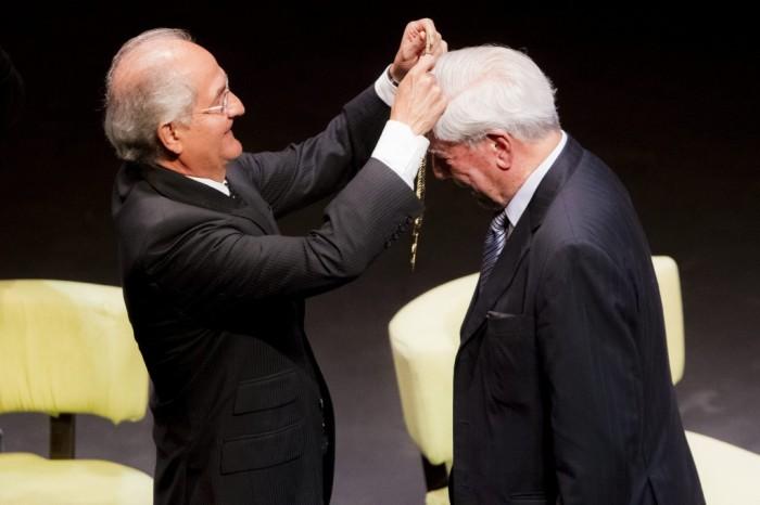 Vargas-Llosa-más-emocionado-por-recibir-bandera-venezolana-que-premio-Nobel